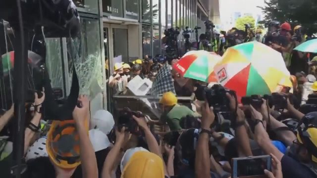 In The Government HQ The Protesters Of Hong Kong Tried To Smash Their Way
